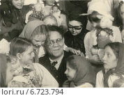 Купить «Маршак Самуил Яковлевич с детьми в детском клубе. 05.11.1940 г.», фото № 6723794, снято 5 ноября 1940 г. (c) Терещенко Михаил / Фотобанк Лори
