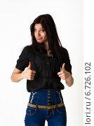 """Длинноволосая девушка в чёрной рубашке обеими руками показывает """"класс!"""" Стоковое фото, фотограф Захар Дудников / Фотобанк Лори"""