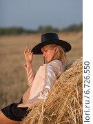 Cowgirl. Девушка в ковбойской шляпе загадочно улыбается в стогу сена. Стоковое фото, фотограф Дарья Швыдкая / Фотобанк Лори