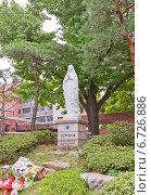 Купить «Статуя Девы Марии во дворе кафедрального собора Мёндон (Собор Непорочного Зачатия Пресвятой Девы Марии) в Сеуле, Южная Корея», фото № 6726886, снято 28 сентября 2014 г. (c) Иван Марчук / Фотобанк Лори