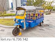Купить «Таиландский трехколесный Тук-Тук на выставке в Тондэмун Дизайн Плаза (DDP) в Сеуле, Южная Корея», фото № 6730142, снято 28 сентября 2014 г. (c) Иван Марчук / Фотобанк Лори