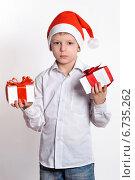 Мальчик с новогодними подарками. Стоковое фото, фотограф Сергей Богданов / Фотобанк Лори