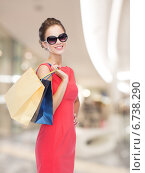 Купить «smiling young woman with shopping bags», фото № 6738290, снято 1 июня 2014 г. (c) Syda Productions / Фотобанк Лори