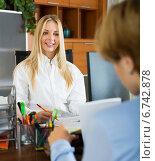Купить «woman discussing about contract in office», фото № 6742878, снято 19 октября 2018 г. (c) Яков Филимонов / Фотобанк Лори