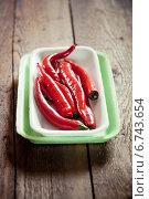 Острый перец в пластиковом лотке. Стоковое фото, фотограф Светлана Витковская / Фотобанк Лори