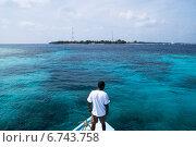 Человек плывущий на катере к мальдивскому острову Таду (2014 год). Стоковое фото, фотограф Воевудский Евгений / Фотобанк Лори
