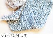 Зимние рукоделия. Вязание теплого шарфа двухсторонними косами из мохера. Стоковое фото, фотограф Виктория Катьянова / Фотобанк Лори