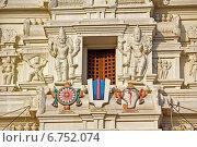 Купить «Вриндаван. Фрагмент гопурама храма Шри Рангаджи», фото № 6752074, снято 3 марта 2014 г. (c) Вячеслав Беляев / Фотобанк Лори