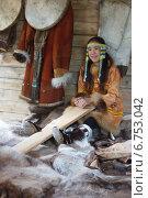 Девочка-школьница корякской национальности показывает туристам, как выделывают шкуры коренные народы севера. ( репортаж ) (2014 год). Редакционное фото, фотограф Ольга Липунова / Фотобанк Лори
