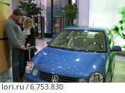 Купить «Berlin, visitors find out about the VW Lupo», фото № 6753830, снято 19 января 2002 г. (c) Caro Photoagency / Фотобанк Лори