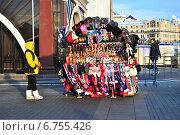 Купить «Уличная торговля подарками и сувенирами на Манежной площади в Москве зимой», эксклюзивное фото № 6755426, снято 3 декабря 2014 г. (c) lana1501 / Фотобанк Лори