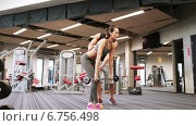 Купить «man and woman with barbell flexing muscles in gym», видеоролик № 6756498, снято 1 декабря 2014 г. (c) Syda Productions / Фотобанк Лори