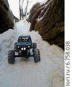 Радиоуправляемая машина едет по снегу между скал. Стоковое фото, фотограф Дмитрий Петрович Лядов / Фотобанк Лори