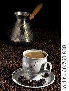 Купить «Чашка кофе с конфетами на фоне зёрен кофе и кофеварки», фото № 6760838, снято 15 ноября 2014 г. (c) Сергей Галинский / Фотобанк Лори