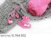 Серое вязание и моток пряжи. Стоковое фото, фотограф Анастасия Андрюхина / Фотобанк Лори