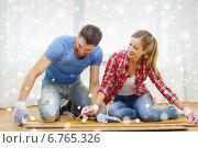 Купить «smiling couple measuring wood flooring», фото № 6765326, снято 26 января 2014 г. (c) Syda Productions / Фотобанк Лори