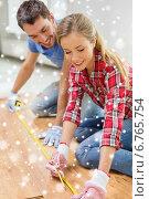Купить «smiling couple measuring wood flooring», фото № 6765754, снято 26 января 2014 г. (c) Syda Productions / Фотобанк Лори