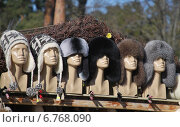 Ряд манекенов в зимних шапках (2014 год). Редакционное фото, фотограф Елена Носик / Фотобанк Лори