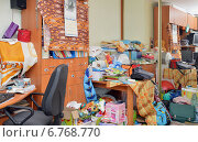 Купить «Вещи, лежащие в беспорядке в углу комнаты», эксклюзивное фото № 6768770, снято 7 декабря 2014 г. (c) Александр Замараев / Фотобанк Лори