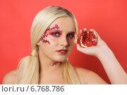 Купить «Блондинка с гранатом в руке», фото № 6768786, снято 26 октября 2014 г. (c) Смирнова Лидия / Фотобанк Лори