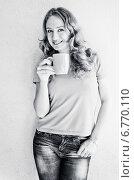 Купить «Портрет улыбающейся девушки с чашкой кофе», фото № 6770110, снято 18 сентября 2013 г. (c) Валерия Потапова / Фотобанк Лори