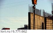 Подъемный кран работает на строительной площадке. Стоковое видео, видеограф Арташес Оганджанян / Фотобанк Лори