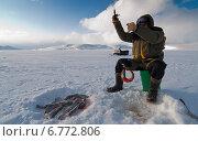 Купить «Рыбак на зимней рыбалке», фото № 6772806, снято 14 декабря 2011 г. (c) Дмитрий УТКИН / Фотобанк Лори