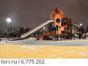Новая детская площадка в парке «Садовники» в Москве ночью (2014 год). Редакционное фото, фотограф lana1501 / Фотобанк Лори