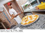 Купить «man preparing pizza», фото № 6775386, снято 19 июня 2014 г. (c) Дмитрий Калиновский / Фотобанк Лори