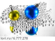 Елочные шарики и бусы на зеркальном фоне. Стоковое фото, фотограф Maselko Vitaliy / Фотобанк Лори