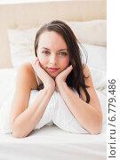 Pretty brunette smiling at camera in bed. Стоковое фото, агентство Wavebreak Media / Фотобанк Лори