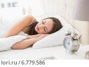 Pretty brunette lying in bed sleeping. Стоковое фото, агентство Wavebreak Media / Фотобанк Лори