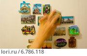 Магниты из разных стран на холодильнике, таймлапс (2014 год). Редакционное видео, видеограф Леван Каджая / Фотобанк Лори