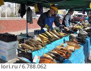 Купить «Продажа рыбной продукции с лотка», фото № 6788062, снято 12 апреля 2014 г. (c) Наталья Лабуз / Фотобанк Лори