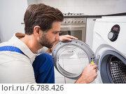Купить «Handyman fixing a washing machine», фото № 6788426, снято 5 сентября 2014 г. (c) Wavebreak Media / Фотобанк Лори