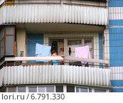 Купить «Фрагмент дома с не застекленным балконом в поселке Восточный в Москве», эксклюзивное фото № 6791330, снято 11 июля 2012 г. (c) lana1501 / Фотобанк Лори