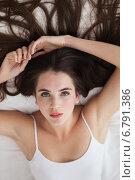 Pretty brunette posing on bed. Стоковое фото, агентство Wavebreak Media / Фотобанк Лори