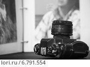 Старая зеркальная фотокамера на фоне фотографий раскрытого фотоальбома. Стоковое фото, фотограф Эдуард Данилов / Фотобанк Лори