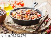 Купить «Чили кон карне в чугунной сковороде на столе. Блюдо мексиканской кухни», фото № 6792274, снято 10 декабря 2014 г. (c) Надежда Мишкова / Фотобанк Лори