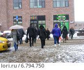 Купить «Люди переходят дорогу на зеленый сигнал светофора по пешеходному переходу. Улица Ленинская Слобода, Москва», эксклюзивное фото № 6794750, снято 12 декабря 2014 г. (c) lana1501 / Фотобанк Лори