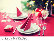 Купить «room with christmas tree and decorated table», фото № 6795390, снято 10 сентября 2014 г. (c) Syda Productions / Фотобанк Лори