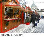 Купить «Покупатели у торговых киосков с сувенирами и подарками. ГУМ-ярмарка на Красной площади в Москве», эксклюзивное фото № 6795694, снято 12 декабря 2014 г. (c) lana1501 / Фотобанк Лори