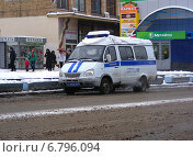 Купить «Полицейская машина припарковалась на 9-ой Парковой улице, Москва», эксклюзивное фото № 6796094, снято 12 декабря 2014 г. (c) lana1501 / Фотобанк Лори