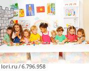 Купить «Большая группа детей занимается лепкой из пластилина», фото № 6796958, снято 26 октября 2014 г. (c) Сергей Новиков / Фотобанк Лори