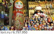 Купить «Продавец у лотка с сувенирами. ГУМ-ярмарка на Красной площади в Москве», эксклюзивное фото № 6797950, снято 13 декабря 2014 г. (c) lana1501 / Фотобанк Лори