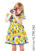 Купить «Девочка смотрит в калейдоскоп», фото № 6798342, снято 20 сентября 2014 г. (c) Сергей Колесников / Фотобанк Лори