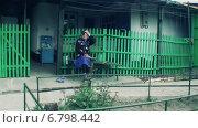 Купить «Во дворе на скамейке сидит бабушка», видеоролик № 6798442, снято 3 июля 2014 г. (c) Gennadij Eichhorn / Фотобанк Лори