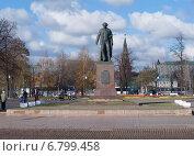 Купить «Памятник художнику Репину в Москве, осень», фото № 6799458, снято 2 ноября 2014 г. (c) Сергей Неудахин / Фотобанк Лори