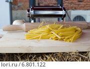 Домашние макароны на разделочной доске. Стоковое фото, фотограф Юлия Сагитова / Фотобанк Лори