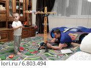 Купить «Папа с сыном собирают кран», эксклюзивное фото № 6803494, снято 18 октября 2014 г. (c) Дмитрий Неумоин / Фотобанк Лори